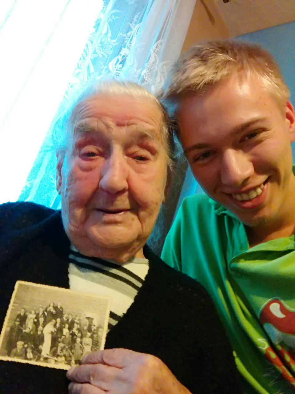 Miłosz Dziurzyński ze 101-letnią prababcią Marianną i ... jej zdjęciem ślubnym z 1937 roku