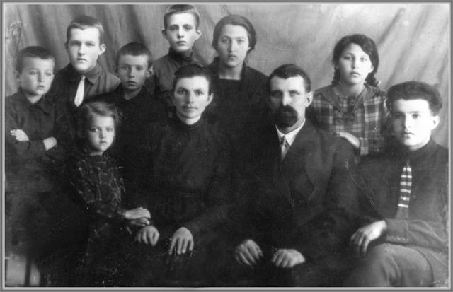 Rodzina Hörmann. Od lewej: Artur, Tadeusz, Luiza, Rudolf, Dawid, Frieda (macocha), Bertha, Friedrich (głowa rodziny), Olga, Eugen (ojciec Anny German)/ fot. Geni.com
